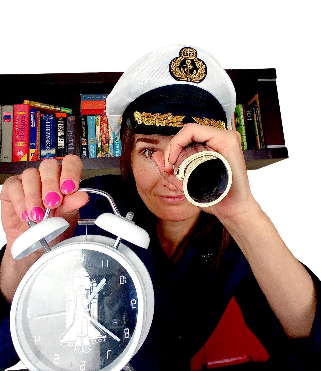 kobieta w czapce marynarskiej z budzikiem w ręku