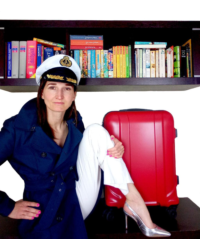 kobieta w czapce marynarskiej z nogą na biurku s