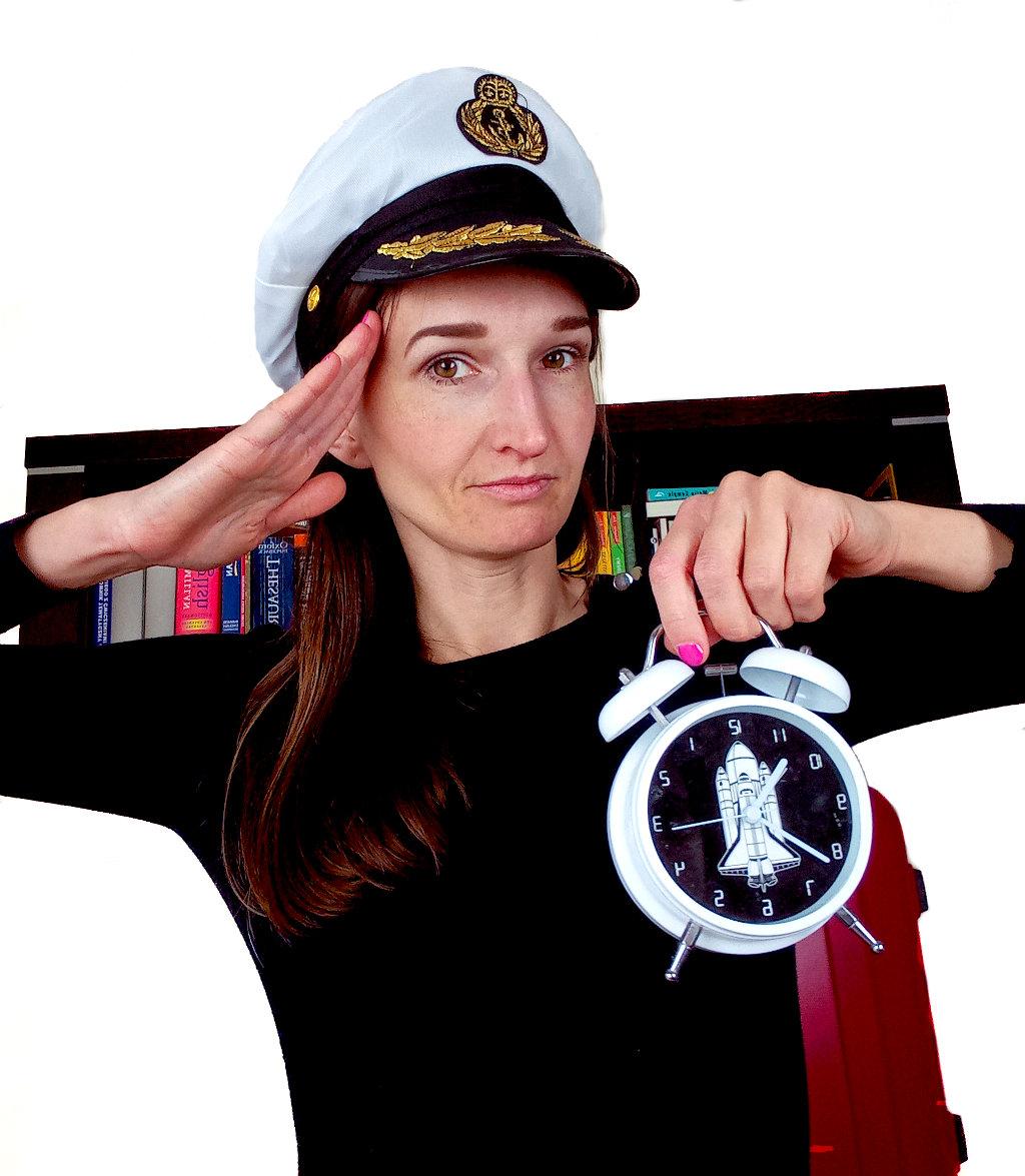 Kobieta w czapce marynarkiej trzymająca budzik, salutująca